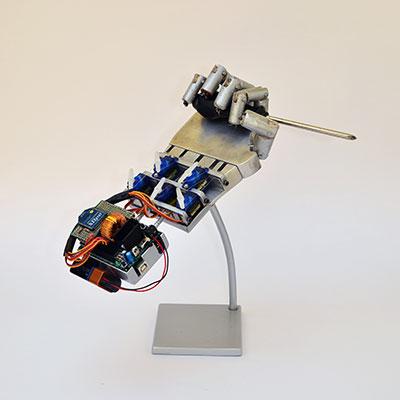robot hand espositore giravite