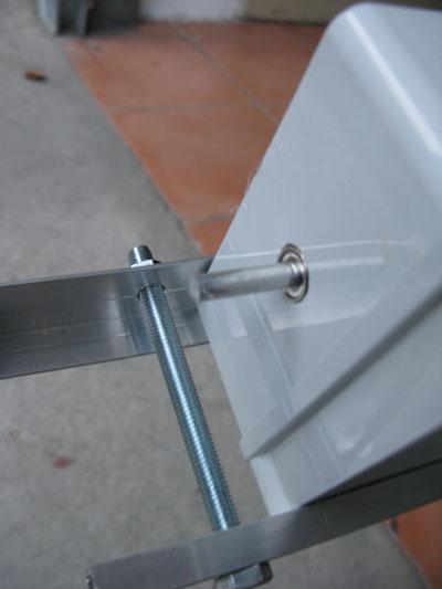 Particolare del montaggio del servo sulla base dell'inseguitore solare