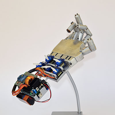 robot hand espositore dita piegate